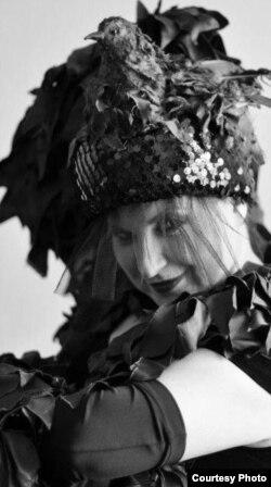 Сьвятлана Цімохіна ў ролі Машы ў спэктаклі «Драй швэстэрн» паводле Антона Чэхава