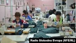 Арховска фотографија: Работнички во текстилна фабрика во Прилеп во 2013 година