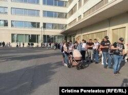 Poze trimise de Cristina Pereteatcu din Berlin, Germania. Pentru alegerile din 11 iulie, în Germania au fost deschise unsprezece sectii de votare, la Berlin - una, in cadrul unei scoli. Crisitna a fost acolo la scurt timp dupa deschiderea sectiei. Spune ca oamenii deja asteptau la coada, însă ca procesul este bine organizat și merge repede.