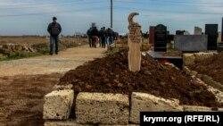 Могила Едема Асанова на кладовищі в Саках