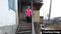 Татьяна на крыльце дома, в котором живет сейчас