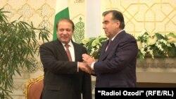 Премьер-министр Пакистана Наваз Шариф (слева) и президент Таджикистана Эмомали Рахмон.