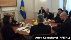 Pamje nga një prej takimeve ndërmjet presidentes së Kosovës, Atifete Jahjaga, me disa prej liderëve të partive politike në Kosovë