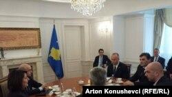 Kosovska predsjednica Atifete Jahjaga s liderima političkih stranaka