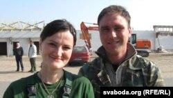 Маладая пара, муж і жонка Анатоль і Вольга Сарокі, прыехалі да фэрмэра з Лунінецкага раёну