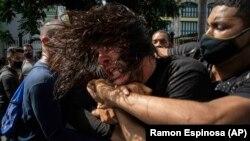 Арест на протестиращ в Куба. Полицаите са в цивилно облекло.