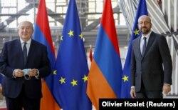 Armen Szárkiszján örmény elnököt fogadja megbeszélésük előtt Charles Michel, az Európai Tanács elnöke 2020. október 21-én.