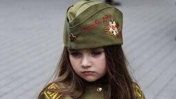 Одетые в форму «зеленых человечков» российские военные демонстрировали оружие юным симферопольцам, 23 февраля 2020 года