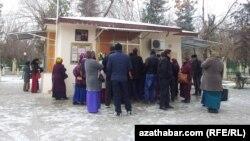 Türkmenistanda dollar satylýan wagtynda bolan nobatlar