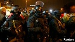 (Иллюстрационное фото). Вооруженные бойцы МВД Украины, Киев, 31 марта 2014