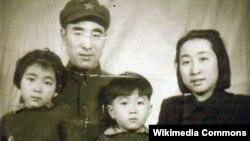 Маршал Линь Бяо со своей семьей, 1940-е гг.