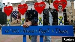 Житель Бостона смастерил памятную доску в честь погибших во взрывах в прошлогоднем марафоне в Бостоне. 15 апреля 2014 года.