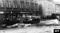 Прага көшелерінде жүрген совет танкісі мен демонстранттар. Тамыз 1968 жыл.