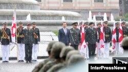 Վրաստան - Պաշտպանության նախարար Իրակլի Ալասանիան (կենտրոնում) Անկախության օրվան նվիրված արարողության ժամանակ, Թբիլիսի, 26-ը մայիսի, 2013թ.
