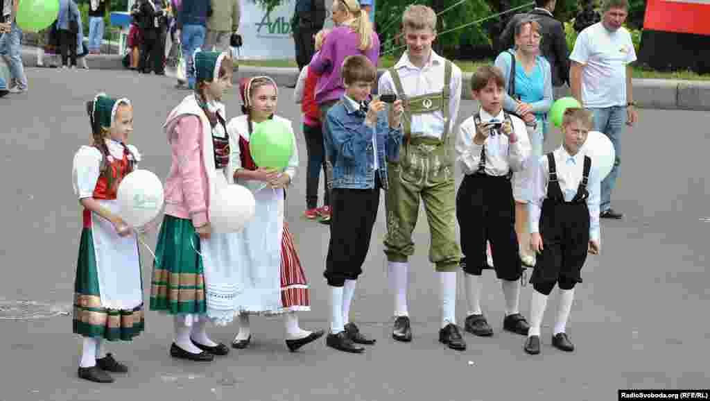 "Учасники танцювального колективу ""Deutsche Quelle"""