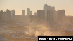 Пелена дыма над частными домами с печным отоплением в Астане.