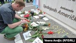 Počast žrtvama masakra u Orlandu ispred Ambasade SAD u Beogradu