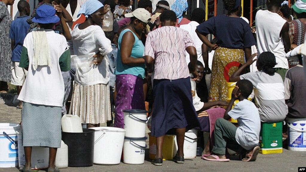 Зимбабве астанасында су алуға кезекте тұрған әйелдер мен балалар. Хараре, 1 желтоқсан 2008 жыл.