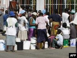 Очередь за водой в столице Зимбабве Хараре
