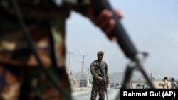 ارشیف، یو شمېر افغان سرتېري د امنیت د ټینګښت پر مهال.
