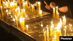 Armenia - Worshipers light candles after a Christmas mass at the Surp Sargis church in Yerevan, 6Jan2017.