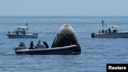 Crew Dragon-ის დაფრენა წყალზე