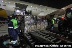 Зеленський зазначає, що Україна прийняла і відправила 20 літаків із гумдопомогою. На фото: гуманітарний вантаж, отриманий Києвом з Об'єднаних Арабських Еміратів, квітень 2020 року