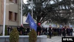 Знамето на НАТО подигнато пред македонското Собрание