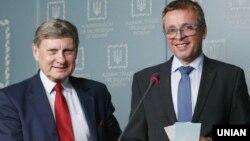 Лєшек Бальцерович (ліворуч) та Іван Міклош під час брифінгу у Києві. 5 травня 2016 року