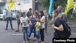 «Aydarnıñ» Qırım askeri Enver Velilâyevniñ qorantası Kiyevniñ Peçersk rayon mahkemesi yanında onıñ ev apisine azat etilmesini bekley
