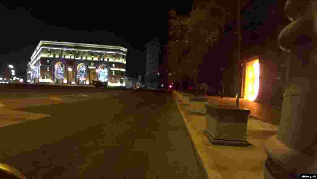 """""""Горящая дверь Лубянки – это перчатка, которую бросает общество в лицо террористической угрозе. Федеральная служба безопасности действует методом непрерывного террора и удерживает власть над 146 000 000 человек. Страх превращает свободных людей в слипшуюся массу разрозненных тел"""". Так описывается акция Павленского у ФСБ."""