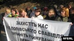 Акція протесту киян проти дій Свято-Троїцького монастиря, вересень 2009 року (архівне фото)