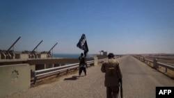 """На снимке, сделанном в Ираке, предположительно боевики группировки """"Исламское государство"""""""