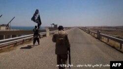 """Ирактың Мосул қаласы маңында жүрген """"Ислам мемлекеті"""" ұйымының содырлары. Тамыз 2014 жыл."""