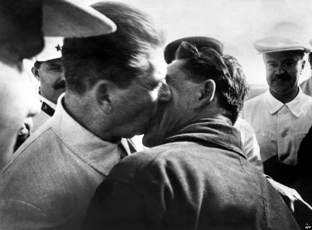Ще один пілот, Василь Молоков, цілує Сталіна, 1937 рік