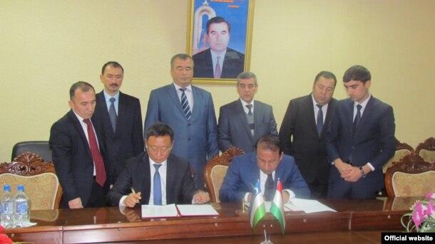 Имзои протокол дар бораи азсаргирии парвози ҳавопаймоҳо миёни Душанбеву Тошканд