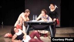 """""""ADO"""" Teatrın Gürcüstanda baş tutmuş bir tamaşasından səhnə"""