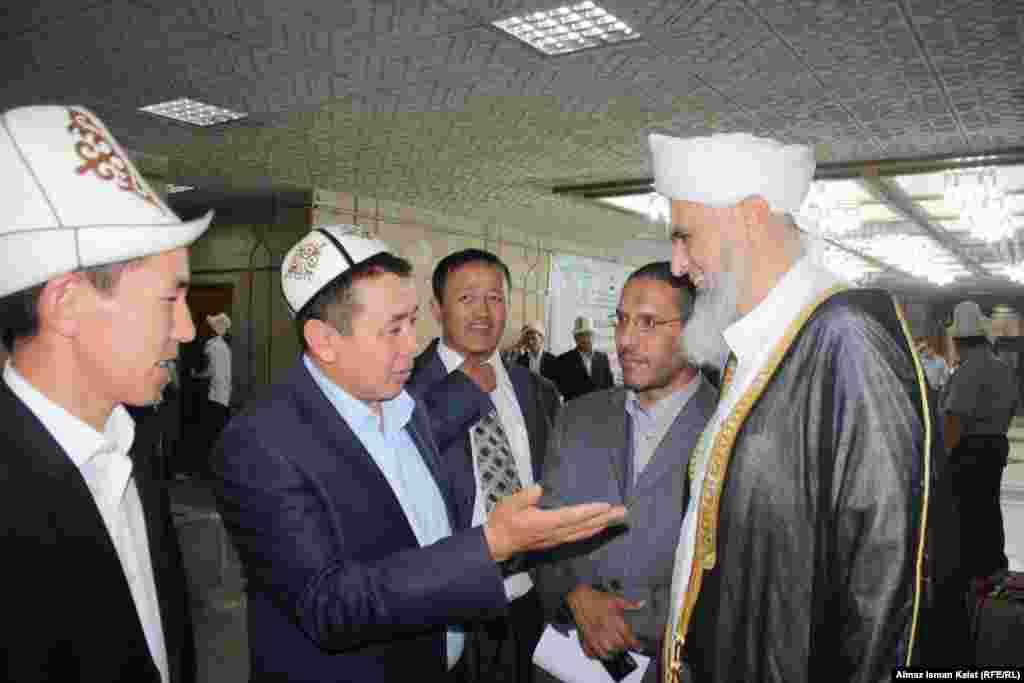 Абдышукур Нарматов, ректор Исламского университета беседует с имамом мечети Аль-Акса (Иерусалим) Али Омар Якуб Аббаси