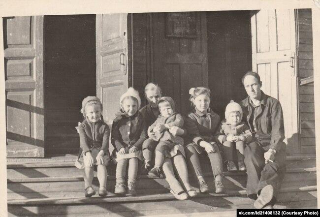 Крыльцо дома по улице Серафимовича, 35. Вторая половина 1960-х. Соседи по коммунальной квартире. Фото из семейного архива Дмитрия Козлова