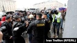 Ոստիկանները ձերբակալում են Մոսկվայի Տրիումֆալնայա հրապարակի ցույցի մասնակցին, 31-ը հոկտեմբերի, 2013թ․