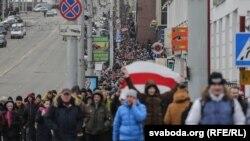 Учасники акції проти «декрету про дармоїдів» у Вітебську, Білорусь, 26 лютого 2017 року