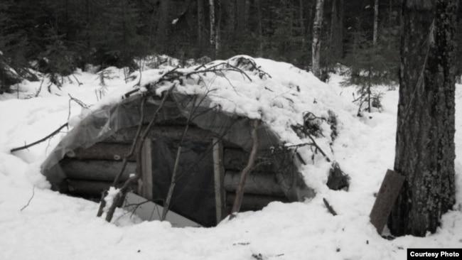 Землянка, в которой жили ссыльные. Западная Сибирь.
