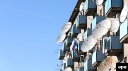 Тұрғындар орнатқан спутниктік тарелкелер. Қазақстан, Байқоңыр, 3 қараша 2013 жыл. (Көрнекі сурет)