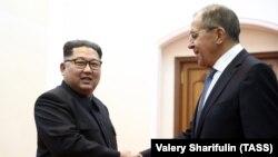 Ministri i Jashtëm rus, Sergei Lavrov (djathtas) dhe lideri verikorean, Kim Jong Un.