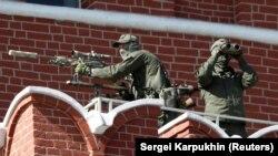 Снайперы заняли позиции на Кремлевской стене во время проведения военного парада. 9 мая 2018 года.