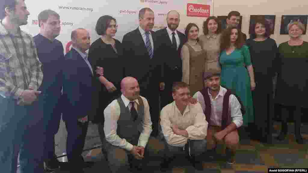 სერგეი ლავროვი სოხუმის დრამის რუსული თეატრის ხელმძღვანელებთან და მსახიობებთან ერთად.
