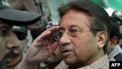 Первеза Мушаррафа ведуть на одне з попередніх засідань антитерористичного суду, 20 квітня 2013 року