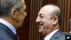 د روسیې د بهرنیو چارو وزیر سرګي لاوروف له خپل ترکي سیال سره