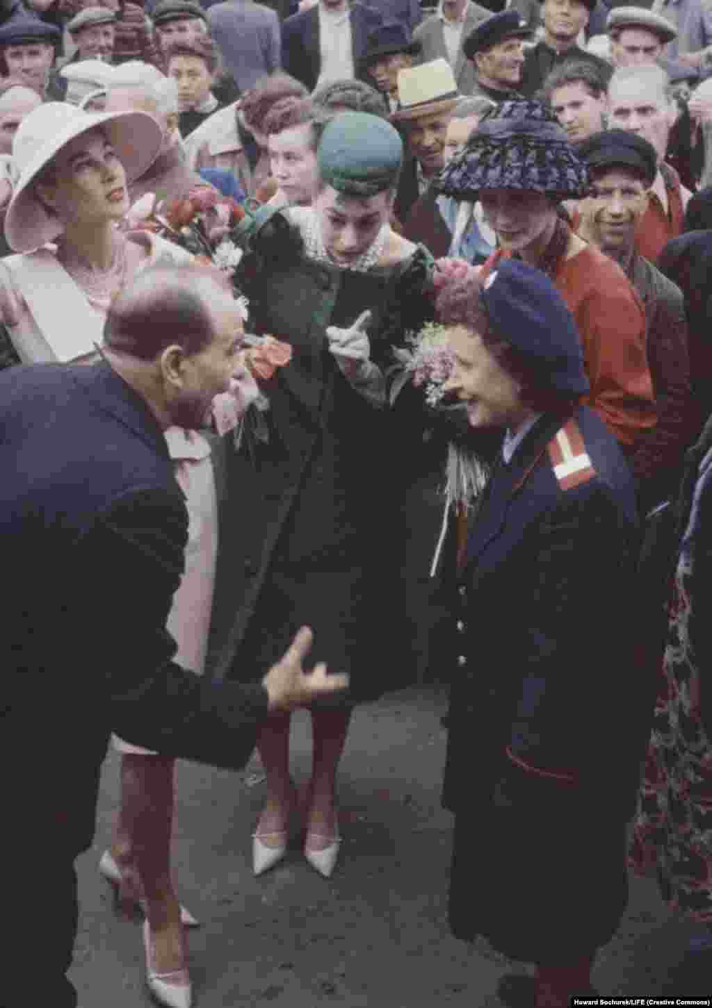 Элегантные посетительницы СССР пытаются понять разговор на улице. В 1964 году Хрущев заявил, что рабочие должны иметь одежду и обувь современного стиля, соответствующие сезону и моде. «Это хорошо», – написал Хрущев в докладе «О мерах по реализации программы Коммунистической партии в сфере повышения благосостояния людей».