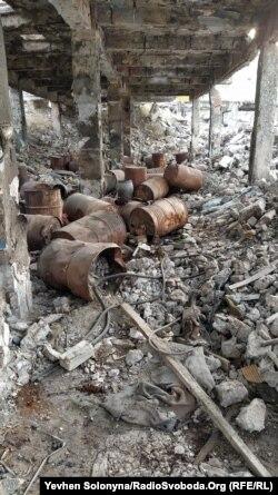 Залишки отруйних хімічних речовин на руїнах заводу «Радикал». Київ, грудень 2019 року